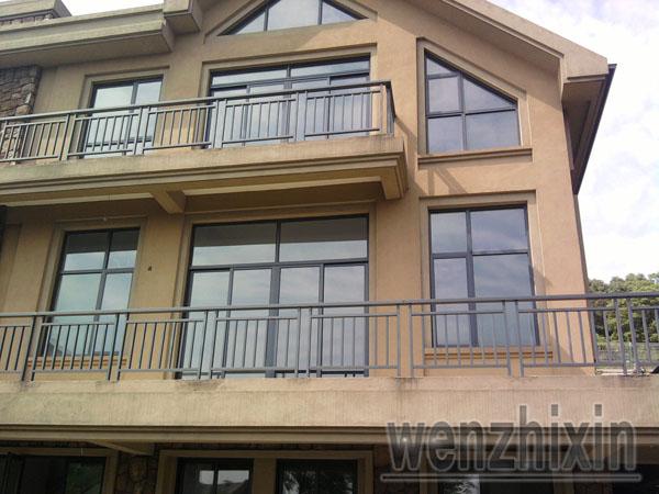 凤铝铝合金门窗价格多少钱一平方,价格贵不贵?   广州凤铝铝合金门窗价格:广州市面上普通铝合金门窗型材规格主要有:35、38、40、60、80、90等系列。断桥铝合金平开窗主要有:50、55、60、63、66、70、74等系列;断桥铝合金推拉窗主要有78、80、88、90等系列。铝合金型材规格有很多种,不同型材厂家也都有不同的规格。询价前,要先看样品,选好窗型和型材规格,然后,根据窗洞和顾客的要求进行设计,再根据设计要求来计算基本价格(铝合金主型材、加固型材、玻璃、五金件、专用胶、辅料、其他配件、制作