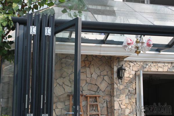 点评:把家里的阳台封闭成玻璃透明的休闲阳光房,而且休闲阳光房和图片